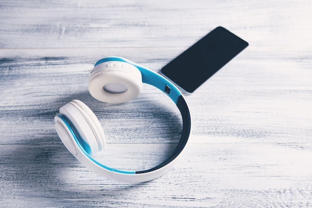 전화와 흰색 헤드폰
