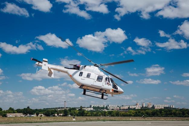 활주로에서 이륙하는 흰색 헬리콥터