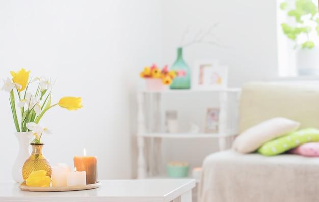Белый домашний интерьер с весенними цветами и украшениями