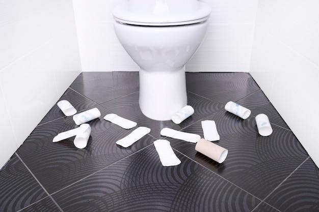 Белый домашний туалет с менструальными подушечками