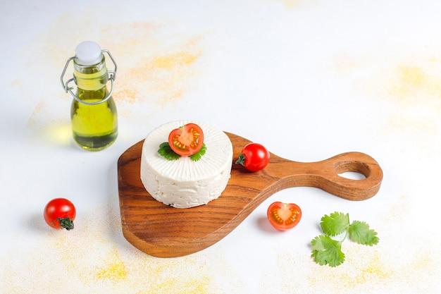 白い自家製チーズ。