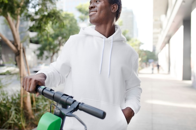Felpa bianca su un uomo con scooter