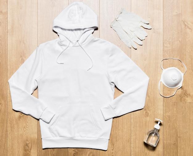 保護のためのマスクと手袋が付いた白いパーカー