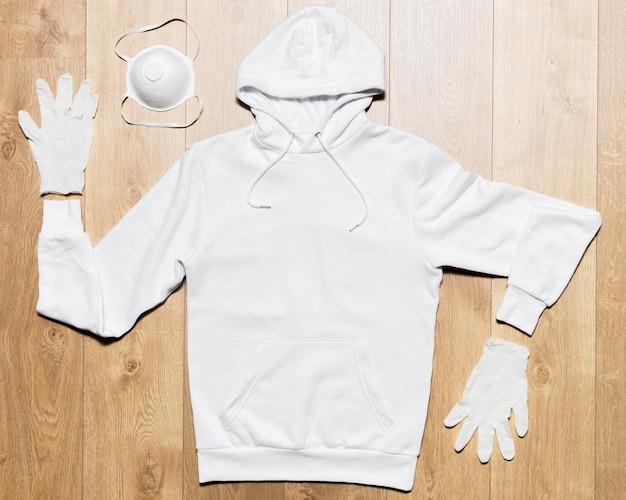マスクと手袋と白いパーカー