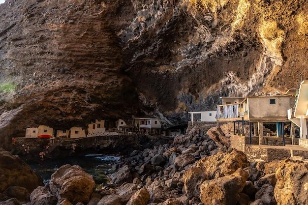 ラパルマ島の北西海岸にあるポリスデカンデラリアの町の洞窟の中の白い家