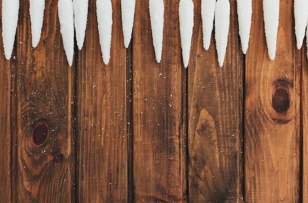 오래 된 갈색 나무에 흰색 차가워 요.