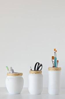 白い瓶の工芸品は、白い背景でさまざまな用途を作りました