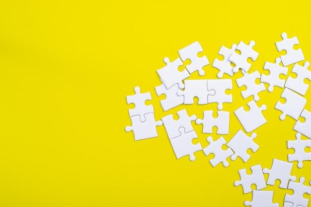 黄色の背景に白いジグソーパズル