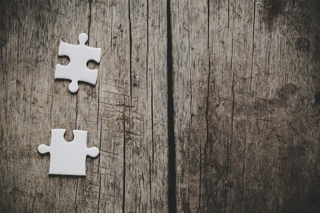 Puzzle bianco su un tavolo di legno