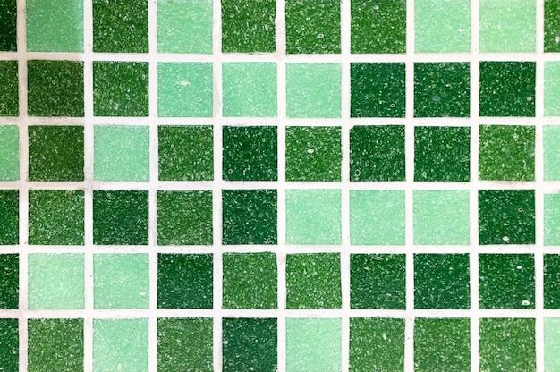 Белые швы между керамической плиткой после очистки от плесени в ванной. очистка от плесени грязи на швах мозаичной плитки. убрана грязная плесень или грибок на стене прихожей