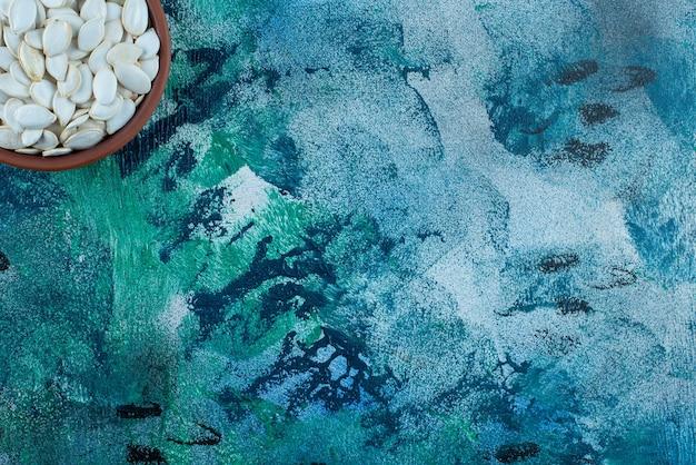Chicchi bianchi in una ciotola, sul tavolo di marmo.