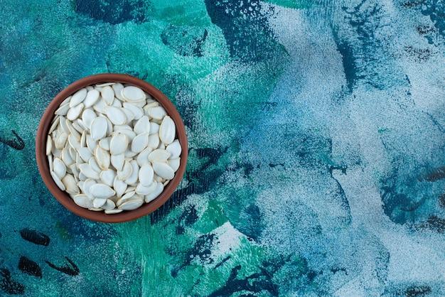 ボウルの中の白い穀粒、大理石のテーブル。