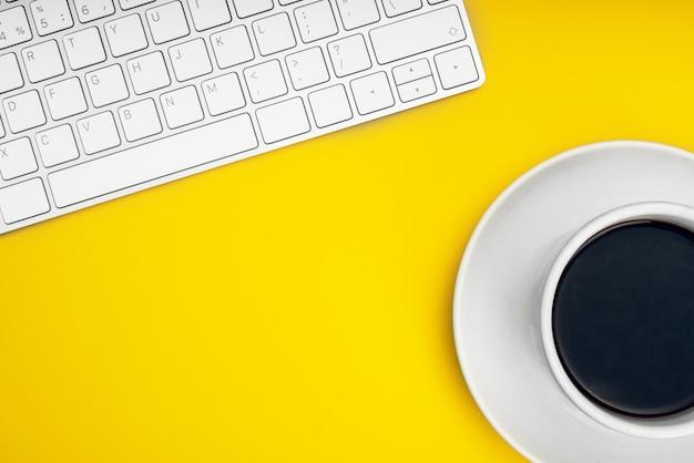 Белая клавиатура и мышь. удаленная работа, самоизоляция, работа на дому, карантин.