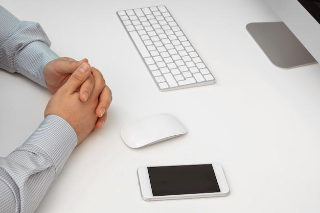 白いキーボードとマウス。リモートでの作業、自己隔離、自宅での作業、検疫。