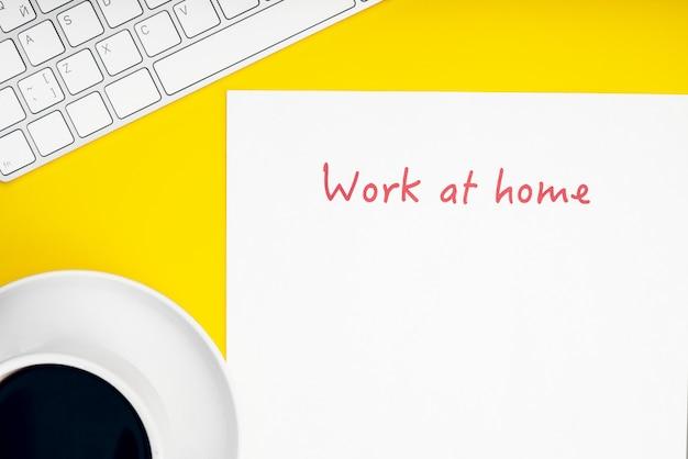 白いキーボードとマウス。碑文は白い紙に家に留まります。リモートでの作業、自己隔離、自宅での作業、検疫。碑文は自宅で仕事します。