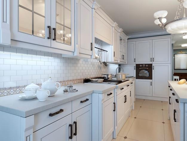 Белая кухонная мебель в стиле арт-деко.