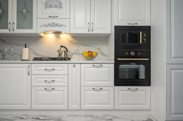 クラシックなスタイルの正面図の白いキッチン