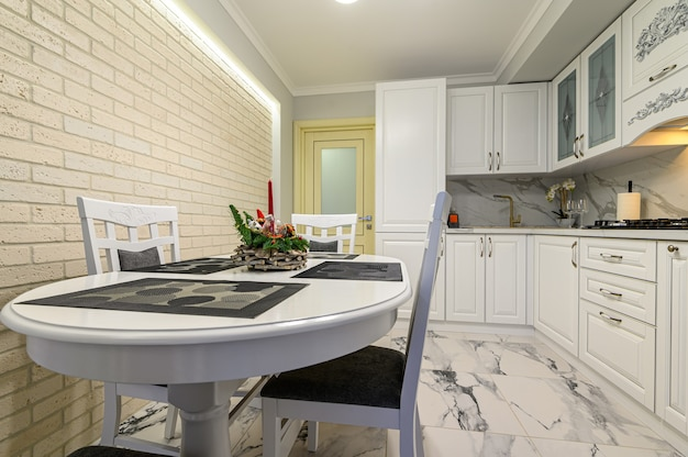 Белая кухня в классическом стиле накануне рождества