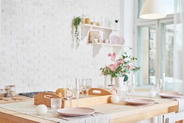 インテリアロフトスタイルの白いキッチン。台所用品と棚。