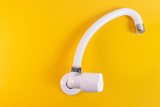 白い台所の流しの蛇口-クローズアップ