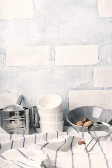 Белый кухонный стол деревенский летний фон посуда