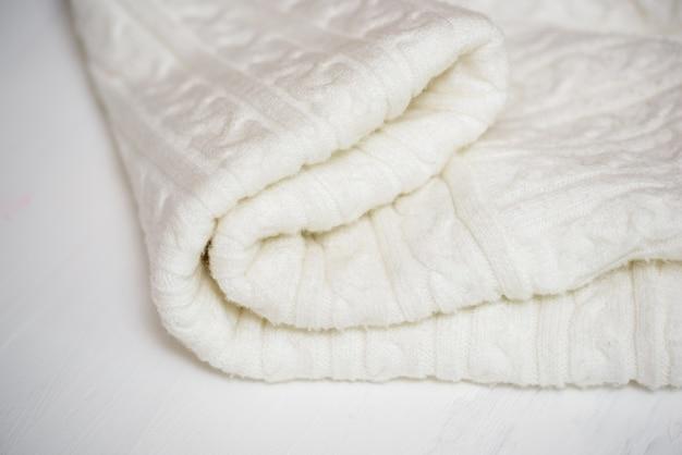 白いニット生地の織り目加工の毛布