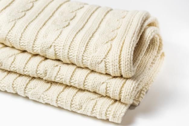 白で隔離の白いニットスカーフ