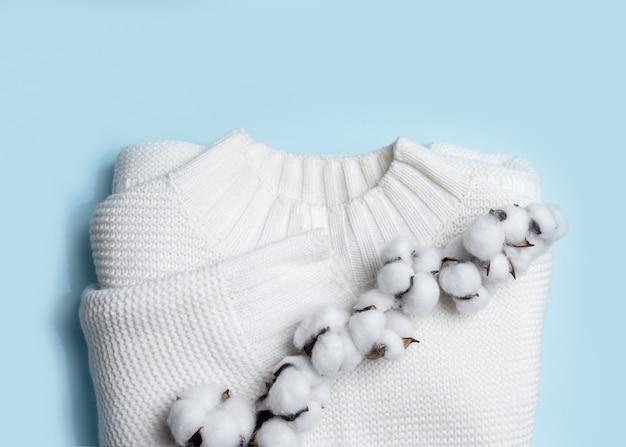 흰색 니트 스웨터와 밝은 파란색 면화 지점