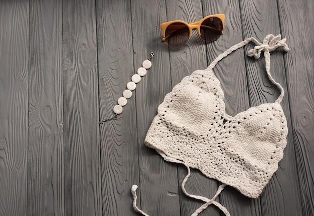 ツーピース水着ビーチ水着ファッションサングラストレンドの白いニットトップ女性