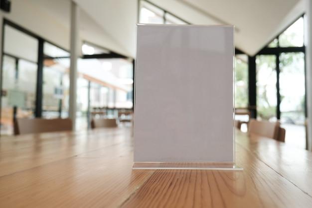 Белая этикетка в кафе. стенд для акриловой карты палатки в кафе.