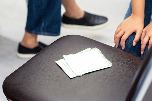 테이블에 흰색 레이블입니다. 메뉴에 사용하거나 단어를 넣을 때 사용합니다.