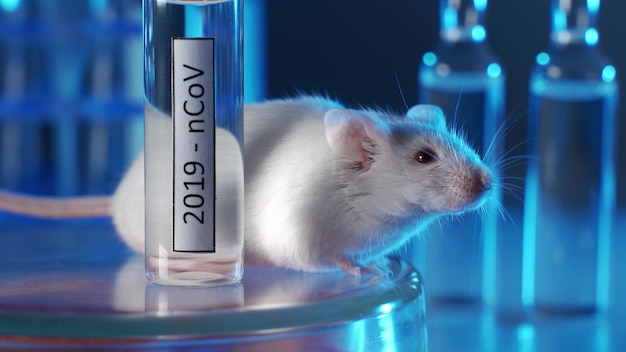 コロナウイルスのワクチンまたは薬のバイアルが入った白い実験用マウス。コンセプトは、コロナウイルスの治療のためのワクチンまたは薬の開発とテストです。動物の薬物検査