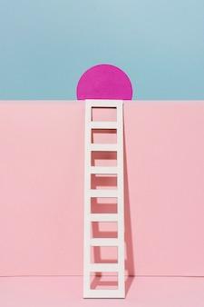 분홍색 동그라미와 흰색 사다리