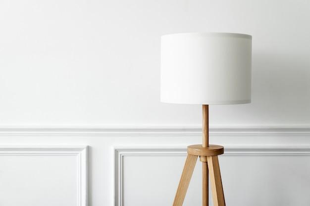 白い壁に白いランプ最小限のインテリアデザイン