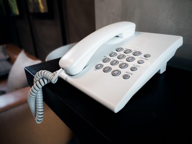 白い固定電話