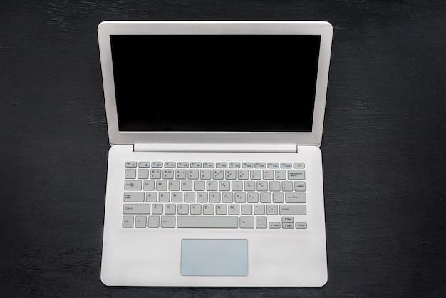 Белый ноутбук, изолированные на черном вид сверху