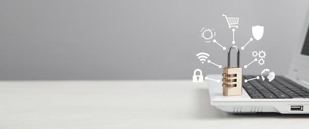 Белый ноутбук с замком. сетевая безопасность и защита