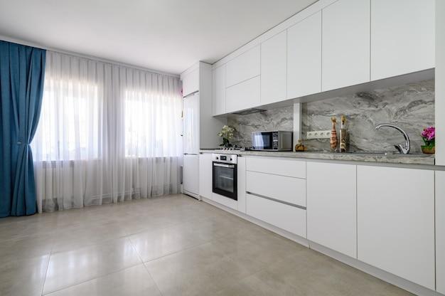 Интерьер белой большой современной кухни