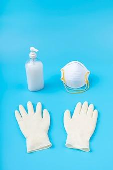 白いラテックス手袋、消毒ジェル、マスク。保護コロナウイルスの概念。汚染、ウイルス、インフルエンザ、コロナウイルスに対する保護。コピースペース