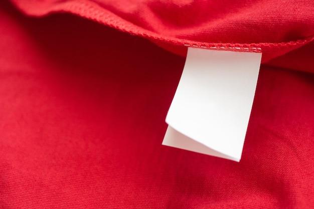빨간색면 셔츠에 흰색 세탁 관리 세탁 지침 옷 라벨