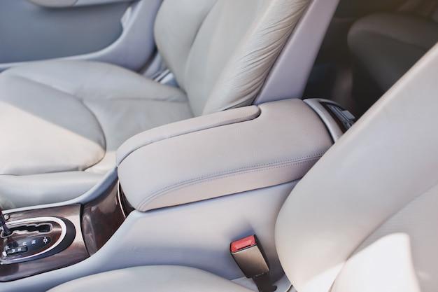 Белый кожаный подлокотник в машине Premium Фотографии