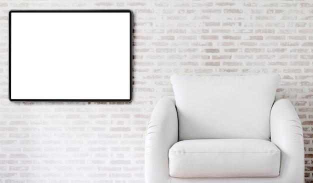 白い革張りのソファとレンガの壁、コピー領域に空白の図枠。