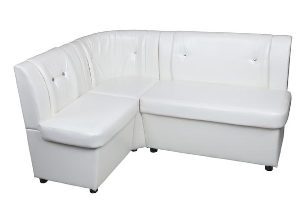 白い背景に隔離された収納スペース、ダイニングルームの家具を備えた白い革張りのコーナーソファには、クリッピングパスが含まれています。