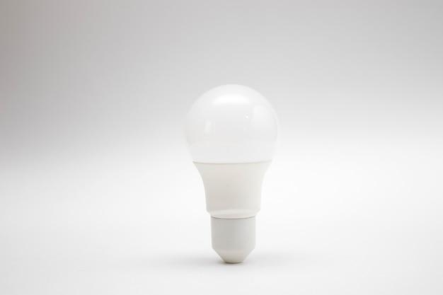 Белая светодиодная лампа на белом фоне.