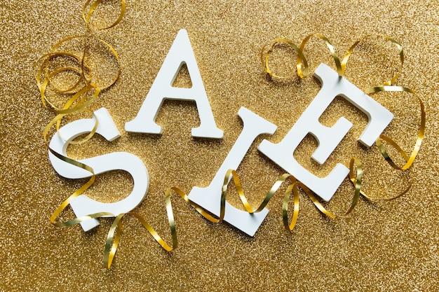 골드 반짝이 배경에 흰색 글자 판매. 검은 금요일, 사이버 월요일 및 계절 판매 배너