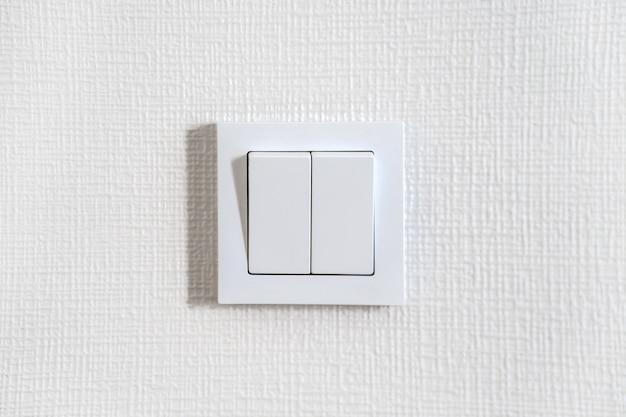 白い壁の白いライトスイッチ