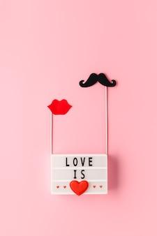 텍스트가있는 흰색 라이트 박스 love is and paper photo props 콧수염