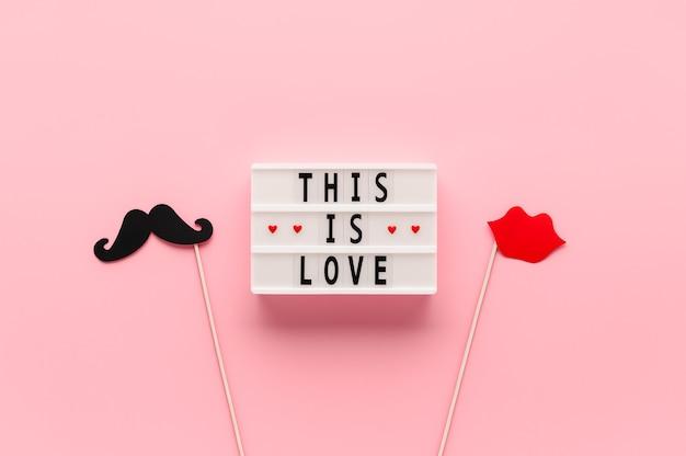 텍스트가있는 흰색 라이트 박스 이것은 사랑과 종이 사진 소품 콧수염입니다