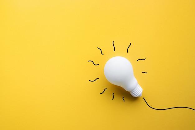 パステルカラーの背景に白い電球。