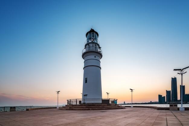 Белый маяк и городская архитектура пейзаж ночная точка зрения